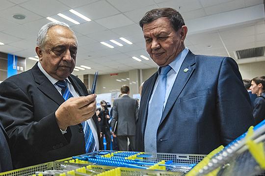 Президент Академии наук РТМякзюм Салахов(справа) заработал в 2018 году4,7млн руб., но затовладеет сразу тремя квартирами идвумя «свежими» внедорожниками