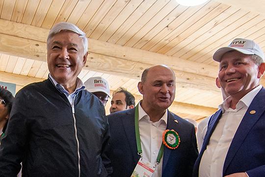 Cамым богатым кандидатом изпартсписка стал гендиректор ХК «АкБарс»Иван Егоров (в центре) - онзадекларировал доход в68,7млнруб.СпикерГоссоветаФарид Мухаметшин(слева) —20,6млн руб.