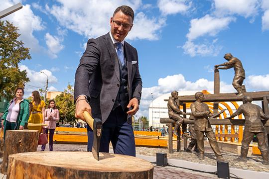Торжественным окончанием открытия памятника стал символический удар топора, произведенный главой района Сергеем Мироновым