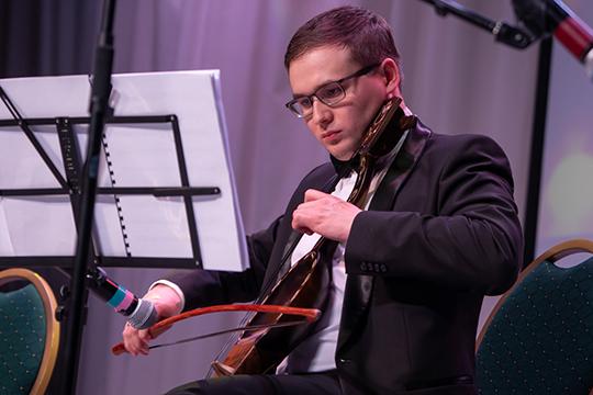 Виолончелист и композитор Ильяс Камалов взял в руки кул-кубыз. Этот инструмент уникален — он был создан по заказу Калимуллина по чертежам, найденным в Казахстане