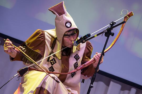 Якутянин Габышев в эффектном национальном костюме исполнил композицию «Сотворение мира» на кыле и музыкальном луке, которой подсоединил к усилителю звука
