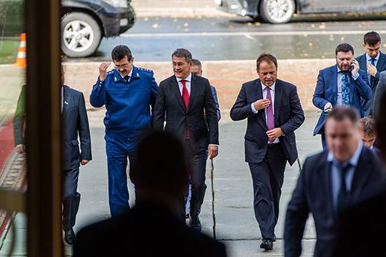 Хабиров приехал на машине, одним кортежем с полпредом президента в ПФО Игорем Комаровым практически впритык к началу церемонии