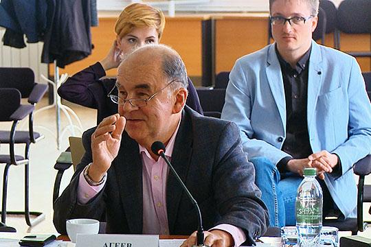 Шамиль Агеев (в центре): «Мы в палате всегда говорим: главное — чтобы сохранялся блокирующий пакет. Надо влиять на хозяев, чтобы они отвечали за этот коллектив и эту территорию»