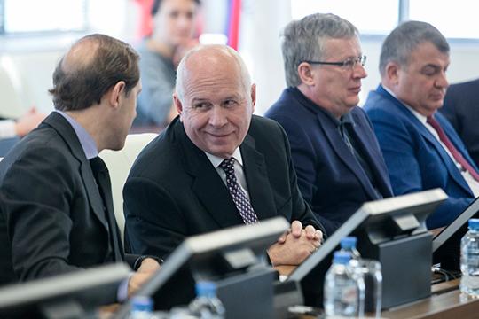 ПриобретениеКазГАПанельзя связатьтолько сжеланием Чемезова (второй слева) иСердюкова (справа) получать прибыль. Ценность покупки возрастает всвязи сгрядущим тотальнымпереформатированиемроссийского авиастроения