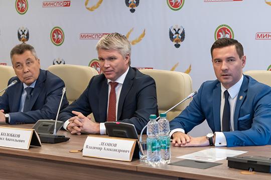 Юсуп Якубов (cлева) напомнил, что в вузе ведётся целевой набор и если регион направляет человека на обучение, тот обязан вернуться и отработать как минимум три года