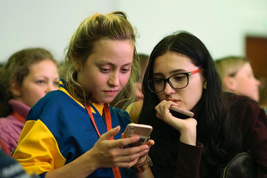 «Весь мир говорит наплохом английском, особенно молодежь, которая пишет аббревитатурами, вместо эмоций посылает смайлики. Тоже самое происходит срусским языком»