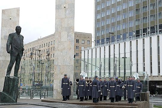 В14 часов возле здания МИДа был открыт памятник этому выдающемуся государственному деятелю работы скульптораГеоргия Франгуляна