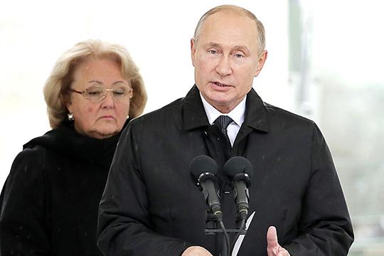 Путин вместе свдовой Примакова (на заднем фоне) возложили сегодня цветы кего памятнику. «Сегодня мыоткрываем памятник человеку огромного масштаба инеисчерпаемой внутренней силы»,— заявил президент РФ