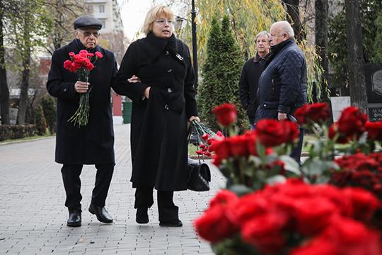 Присутствующие накладбище несли кмогиле Примакова розы цвета бордо иалые гвоздики, радостно обнимали друг другапри встрече, делились воспоминаниями. На фотоБорис Пастухов