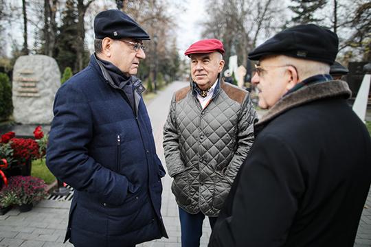 Шамиль Агеев (на заднем плане):«Оночень много сделал для развития ТПП, сохранил вэтой системе Центр международной торговли, привнес свою лепту вподдержку делового сообщества»