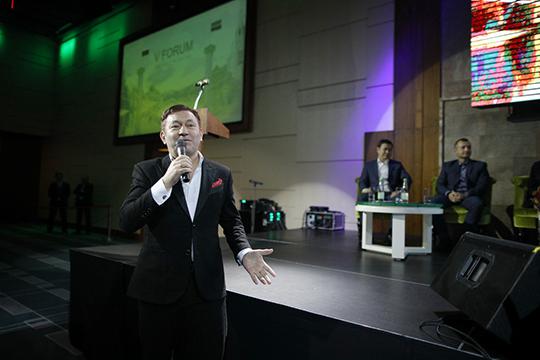 «Раз уж микрофон попал в руки к певцу… Вдруг больше не дадут. Поэтому надо спеть», — кокетничал Галимов с залом