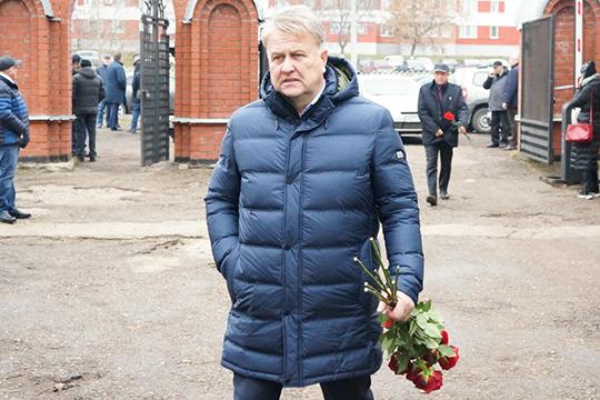 ОтКАМАЗа выступить спрощальным словом довелосьисполнительномудиректоруЮриюГерасимову.«Ушел изжизни наш Пал Палыч. Невосполнимая утрата для семьи, для завода, для города»