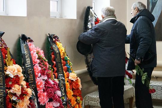 Самые близкие приносили ссобой венки— оторганизаций, отсемей, хорошо знавших Павла Павловича