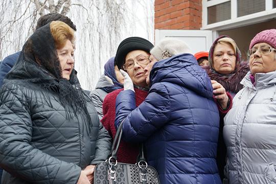 Рядом сгробом соболезнования принимали безутешная супругаГалина ЕвсеевнаисынАндрей