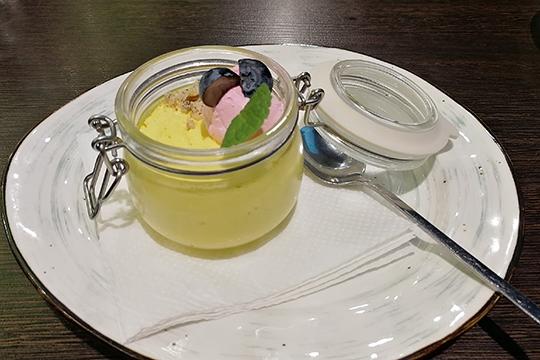 Холодный десерт — парфэ с манго и маракуйей: приторный сливочный мусс с мелко перемолотым печеньем, украшенный свежей голубикой и мятой