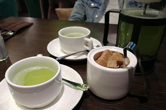 Отметим фирменный чай «Кокос зеленый», в составе которого черный чай, яблоко, мята, пюре и сироп киви