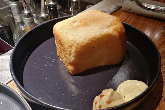 «Дополнительно ктар-тару принесли полбуханкибелого хлеба местной выпечки сдвумя видами масла»