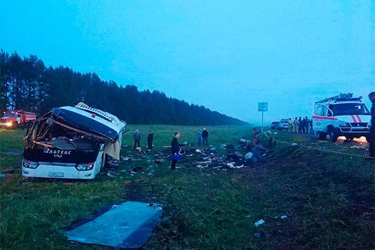 Печальное известие пришло в июле из Башкортостана, где перевернулся автобус с туристами из Татарстана. Шестеро погибли, еще 21 человек оказался в больнице