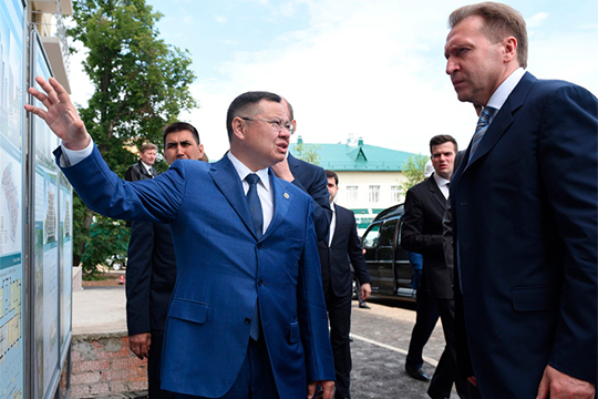 Говорят, что Файзуллина уже не первый раз сватали в Москву. Активно его зазывал к себе первый вице-премьер Игорь Шувалов, непосредственно опекавший подготовку Универсиады в Казани