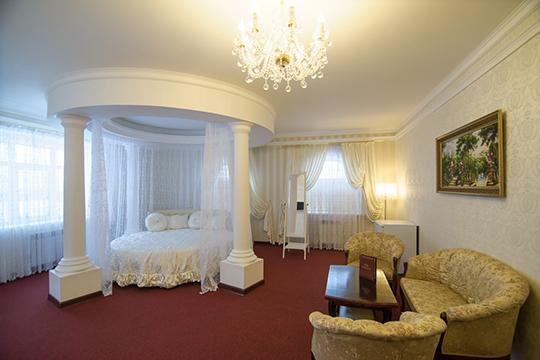 В гостинице предусмотрен обставленный в нежных тонах номер для молодоженов с роскошной круглой кроватью