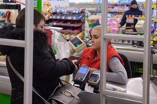 Распродажи, идущие в действующих пока гипермаркетах с 40-процентными скидками, привели к образованию многочасовых очередей
