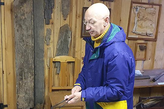 Реставратор Александр Попов накануне опубликовал у себя в Facebook обращение о том, что вынужден приостановить работы на объектах деревянного зодчества из Татарстана