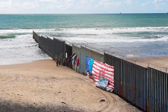 «Моя администрация предприняла беспрецедентные усилия по обеспечению безопасности южной границы Соединенных Штатов, — напомнил Трамп о своей стене на границе с Мексикой