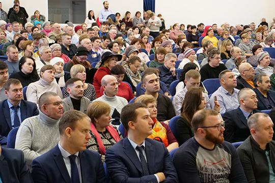 Противники строительства МСЗ подозревали, что больше половины зала — бюджетники, которых пригласили на сессию по разнарядке