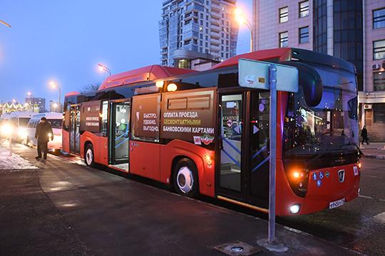 На выходе со станции их ждал специальный автобус (новый, на газомоторном топливе), обклеенный надписями «Оплата проезда бесконтактными банковскими картами»
