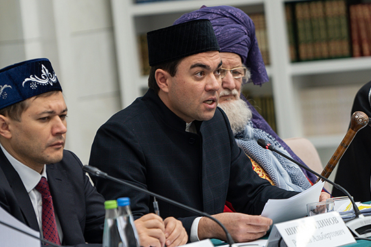 Ректор Болгарской исламской академии Данияр Абдрахманов (в центре) вкратце рассказал о возглавляемом им вузе — здесь обучается 96 магистрантов и 26 докторантов, занятия проводят 15 преподавателей