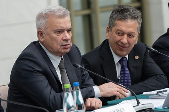 Член попечительского совета БАИ Вагит Алекперов (слева): «Для меня это очень важно — спонсорская деятельность здесь на территории Болгара»