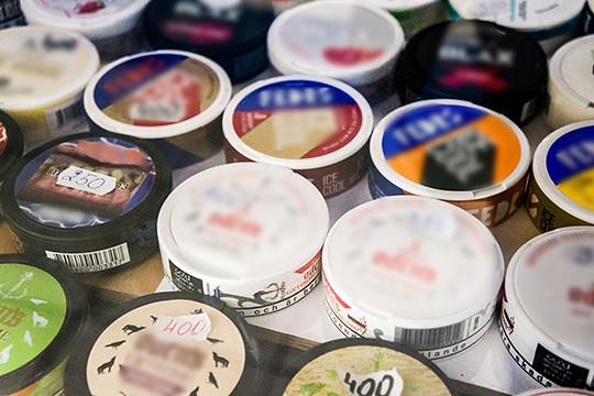 Классические снюсы внашей стране запрещены уже многолет. Снюс— это пакетик, вкотором присутствует измельченный табачный лист