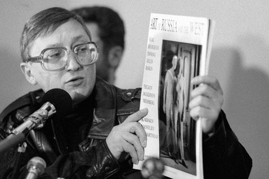 Художник Михаил Шемякин показывает журналистам на пресс-конференции каталог своей выставки в Центральном Доме Художника