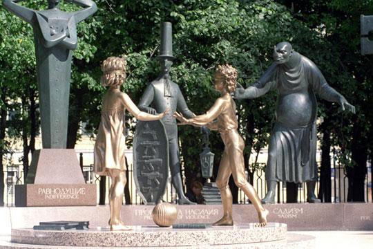 «Теже мои скульптуры, которые стоят вМоскве, например, «Дети— жертвы пороков взрослых»— как они делаются? Обычно мысначала режем ихизпенопласта, потом накладываем гипс»