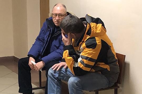 Старший специалист КХТИ позакупкамРустем Шакиров(слева) пришел накануне надопрос вВахитовский районный суд Казани