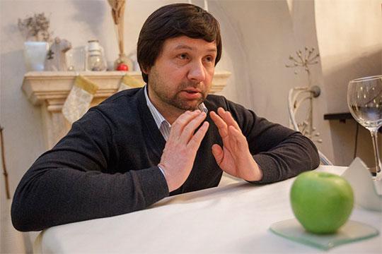 Ресторану Сергея Тулисова«Приют холостяка»более 10 лет, нодосих пор вечерами, особенно ввыходные, внего почти непопасть без предварительной брони