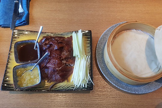 Другой пример китайской кухни — утка по-пекински. Порция тоже рассчитана на двух едоков: речь идёт о целой утиной грудке, порезанной на множество частей