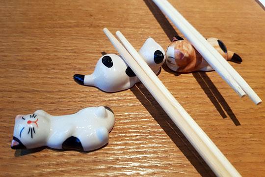 Есть их (дим-самы)удобно и палочками, к которым здесь полагается милейшие подставки в виде цветных керамических котиков
