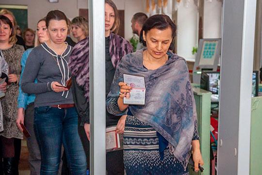 Сегодня вЧелнах вшколе №53 родители сдавали госэкзамен порусскому языку. Несмотря набудний день, народу пришло немало— набралось60 человек