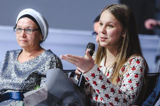 Несмотря наюный возраст, Николь Гараева уже зарабатывает через соцсети 45 тысяч рублей вмесяц, продавая самодельные слаймеры, которые еще называют «жвачками для рук»