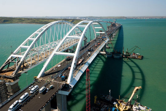 «Строительство Крымского моста— это непросто гигантская стройка, призванная связать полуостров совсей остальной страной, это еще ипоказательный проект, который, как ясчитаю, помог всей России»