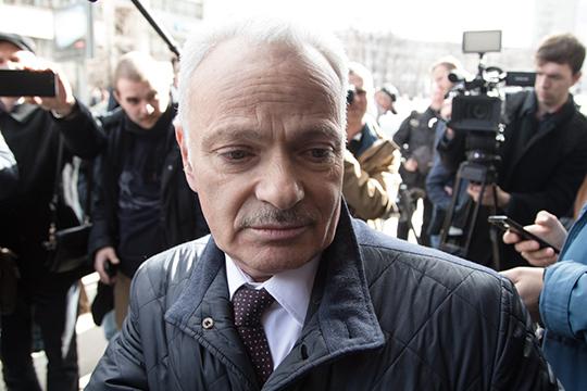 Адвокат Александр Аснисначал раздавать публичные комментарии уже увхода вздание суда