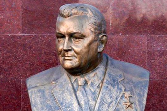 В2002 году натерритории завода«Элекон»был установлен бронзовый бюст Лутфуллы Гизатдинова, нафасаде дома вКазани наулице Гагарина, где онжил,— мемориальная доска