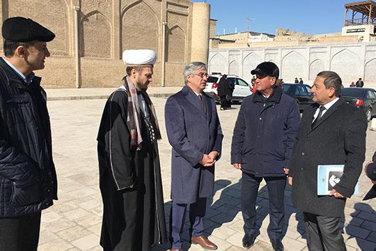 Васил Шайхразиев (в центре) выступал исключительно на татарском, как и большинство и никакого когнитивного диссонанса это не вызвало — всем было понятно