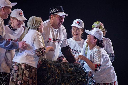 В спектакле вообще много жирных метафор — на празднике семья носит футболки с надписью на английском языке (вместо татарского!): «I love Islamov company»