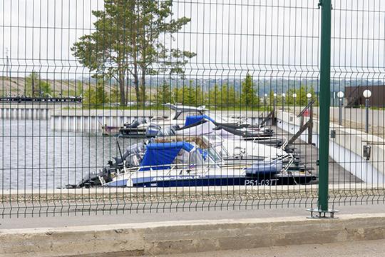 Упричальных стенок корреспондент БИЗНЕС Online насчитал восемь катеров, вцеломже лодочная станция рассчитана примерно на30 мест. Вся территория огорожена забором-сеткой