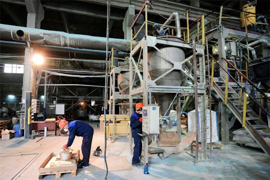 Рабочие утилизируют батарейки на заводе компании «Мегаполисресурс» в Челябинске