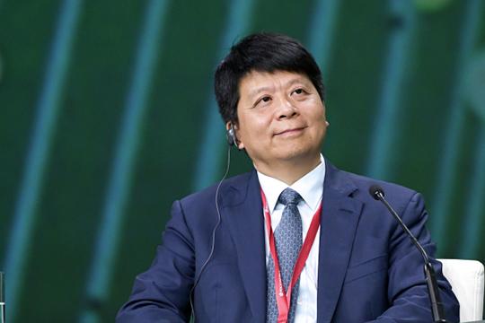Накануне со ссылкой на собственный источники издание The Bell сообщило о переговорах, которые провели главный исполнительный директор Huawei Го Пин (на фото) с Константином Носковым