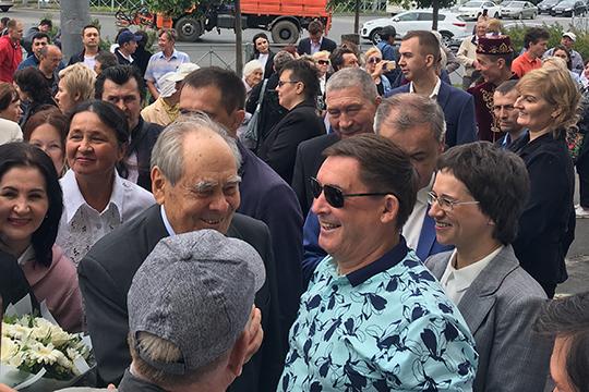 Почти в завершении церемонии открытия мемориальной доски, на оржестве прибыл народный артист Татарстана Салават