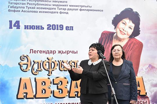 Вышедшие последними к микрофону дочери Авзаловой, настолько расчувствовались, что расплакались и кроме «спасибо» больше ничего не смогли сказать